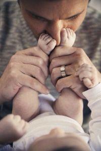 أب يضع قدمي الطفل عند الوجه  والخدين يمكن استخدام الطريقة مع الأصم الكفيف ليشعر بالذبذبات عند الحديث  Found on imommy.gr